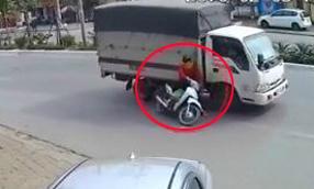 Thiếu quan sát khi tạt đầu xe tải, người phụ nữ suýt mất mạng