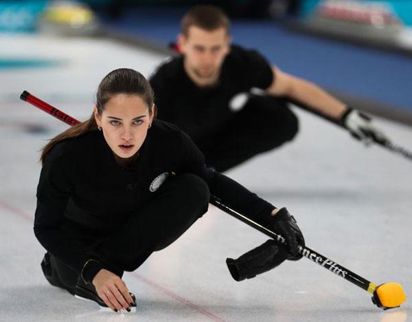 Với gương mặt đẹp thu hút, nữ VĐV người Nga có thêm nhiều fan dù không phải ai cũng hiểu về môn bi đá trên băng (curling). Tôi không thực sự hiểu biết về curling nhưng tôi là fan của Anastasia Bryzgalova, một fan bày tỏ.