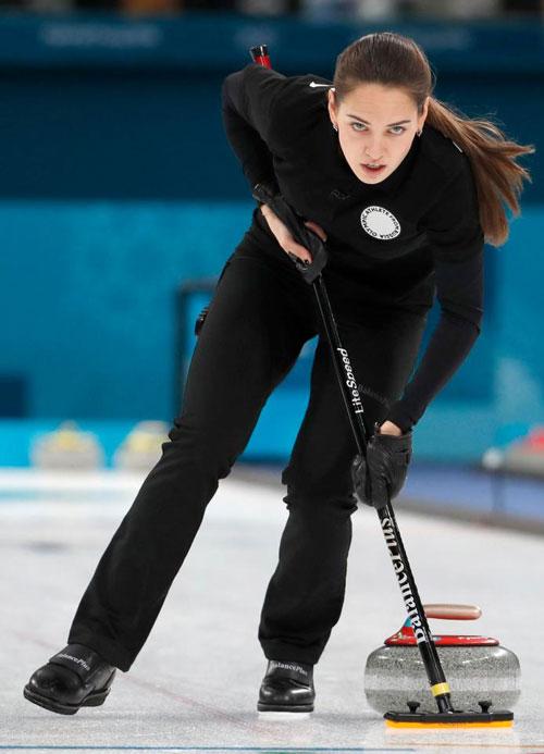 Anastasia Bryzgalov đang là đương kim vô địch thế giới đồng đội nam nữ môn bi đá trên băng. Ngoài tài năng, nhan sắc của người đẹp 25 tuổi tại Olympic mùa đông cũng trở thành đề tài bàn tán sôi nổi trên Twitter nhiều ngày nay.