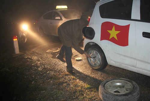 Nhiều tài xế ô tô bị dính đinh phải sửa chữa ngay tại chỗ.