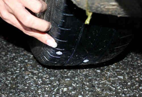 Nhiều lốp ôtô bị đinh găm.