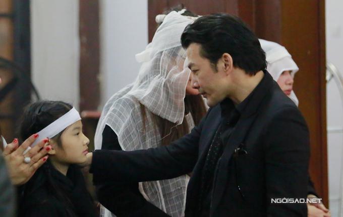 Anh an ủi con gái khi Bảo Tiên đau buồn vì sự ra đi của ông ngoại.