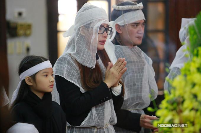 Suốt tang lễ, Trương Ngọc Ánh đứng cạnh linh cữu khóc nghẹn ngào.