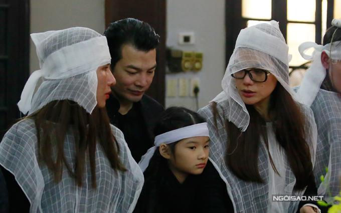 Trần Bảo Sơn đứng cạnh vợ cũ và con gái trong suốt tang lễ.