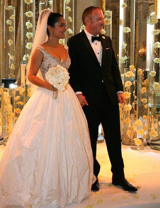 Cô đào Salma Hayek lên xe hoa với tỷ phú Pháp, Francois-Henri Pinault tại Paris vào lễ Tình nhân 2009. Sau đó, cặp đôi tổ chức tiệc cưới hoành tráng ở Italy vào ngày 25/4. Sau 9 năm, vợ chồng Salma vẫn đang có cuộc sống hôn nhân hạnh phúc với một cô con gái 10 tuổi.