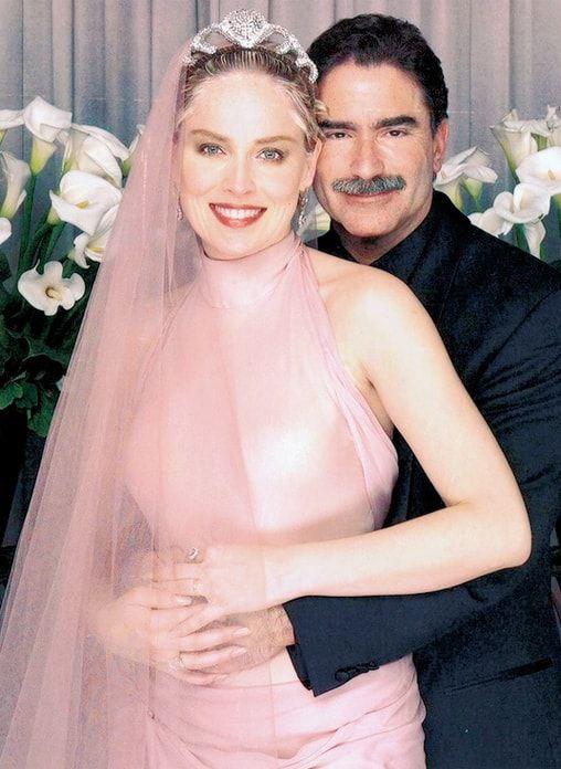 Năm 1998, Sharon Stone từng mời người thân, bạn bè tới dự tiệc Valentine tại biệt thự của cô ở Los Angeles. Sau đó, cô gây sốc với tất cả các khách mời khi thông báo rằng bữa tiệc thực ra là lễ cưới của cô và tổng biên tập Phil Bronstein. Năm 2003, nữ diễn viên ly hôn.