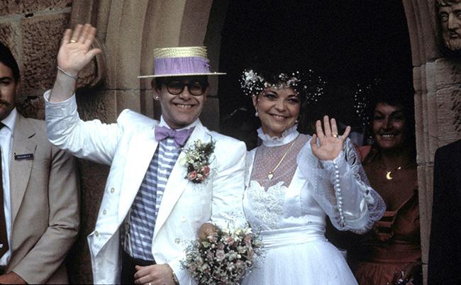 Trước cuộc hôn nhân đồng giới hiện tại, danh ca Elton John từng cưới nữ kỹ sư người Đức Renate Blauel. Hôn lễ được tổ chức ở Sydney vào Valentines Day 1984. Cuộc hôn nhân đầu của Elton kéo dài 4 năm.