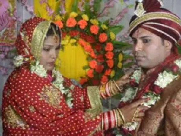 Cô dâu Puja Kumari thực hiện nghi lễ với chồng trước khi bỏ trốn cùng người tình. Ảnh: Gulf News
