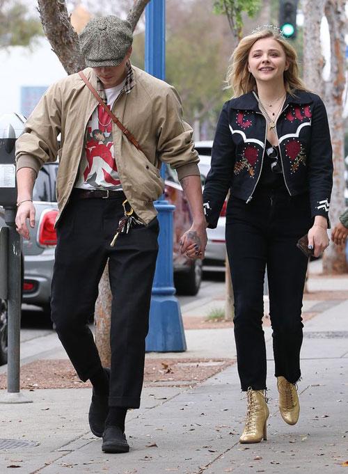 Hot boy 18 tuổi và bạn gái nắm chặt tay trên đường phố West Hollywood, Los Angeles, sáng 10/2, đúng ngày sinh nhật lần thứ 21 của Chloe Moretz. Đôi trẻ tình cảm đi ăn sáng cùng nhau.