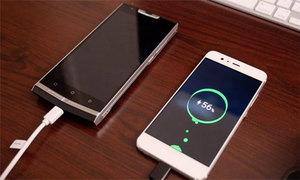 Tại sao điện thoại pin liền tốt hơn pin rời