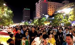 Hàng nghìn người dự khai mạc đường hoa Nguyễn Huệ