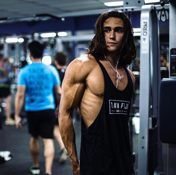 Chàng trai trẻ trở thành hot boy phòng gym bởi thân hình rắn chắc và gương mặt điển trai. Ảnh: Media Drum World