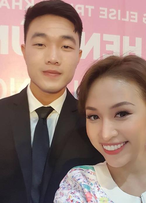 MC Vân Hugo khoe ảnh bên đội trưởng Lương Xuân Trường trong một sự kiện ở Hà Nội chiều 12/2.