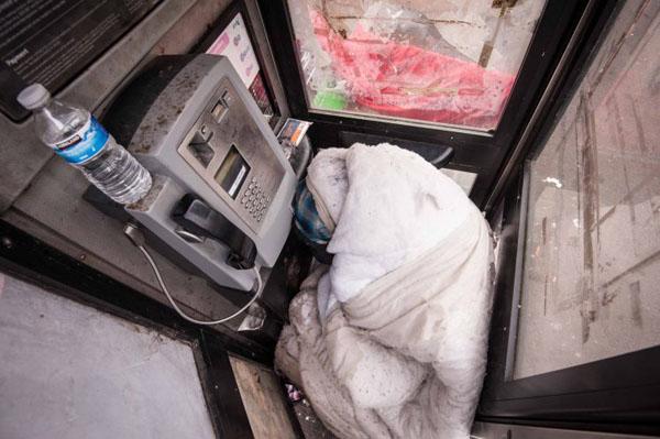 Anh Stephen đã ngủ trong bốt điện thoại ở Birmingham 4 tháng qua. Ảnh: Metro
