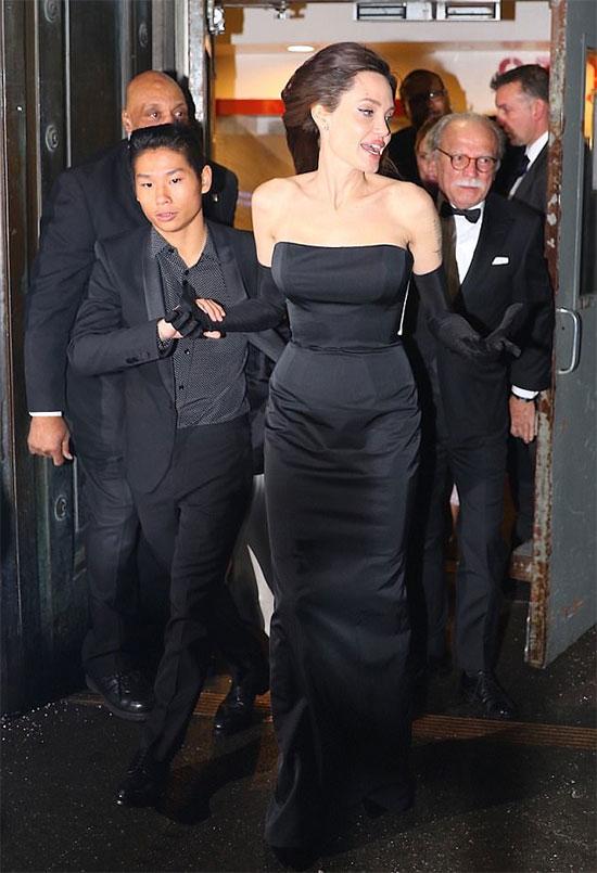 Tháng 12/2017, Pax hộ tống Angelina Jolie tới dự lễ trao giải của Liên hợp quốc tại New York. Lần này, cậu diện vest đen ton sur ton với mẹ.