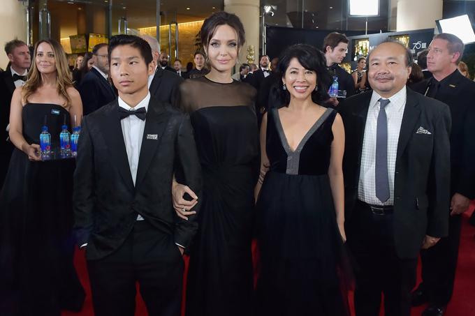 Pax Thiên tiếp tục đồng hành với mẹ trên thảm đỏ lễ trao giải Quả cầu vàng hôm 7/1. Cậu thu hút sự chú ý của rừng phóng viên ảnh tại sự kiện lớn này. Pax mặc vest nhung đen và đeo huy hiệu Times Up để ủng hộ chiến dịch chống lạm dụng tình dục ở Hollywood.