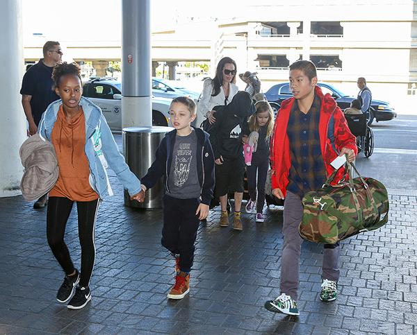 Tháng 3/2017, cậu bé người Việt lại một lần nữa được trở lại Campuchia để mẹ quảng bá phim. Pax xách túi đồ to dẫn đầu các em tới sân bay ở Los Angeles.