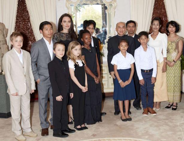 Trong dịp này, Pax cùng các em diện kiến nhà vua Campuchia.