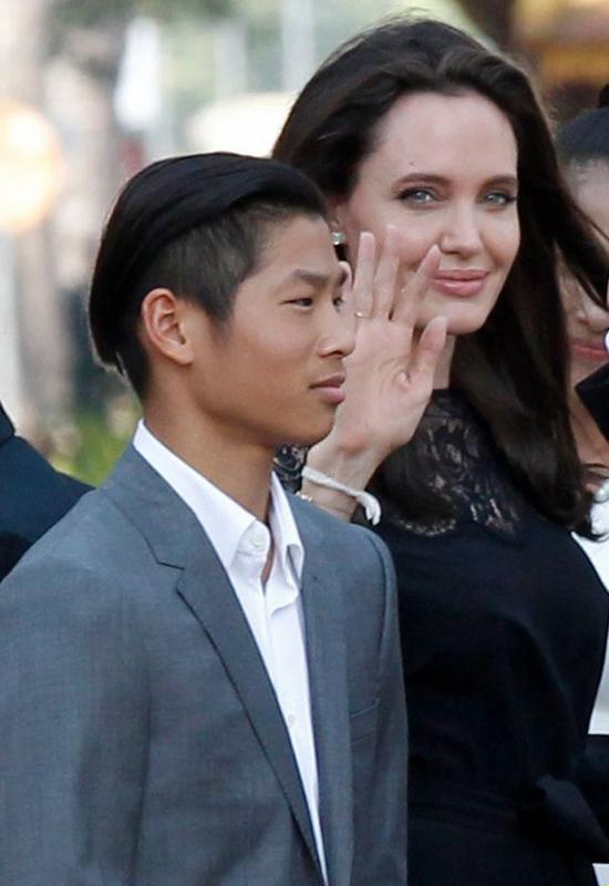 Pax Thiên mới 13 tuổi khi bố mẹ nuôi của cậu - cặp sao đình đám nhất Hollywood ly hôn. Jolie từng chia sẻ, Pax cũng như 5 người con khác của cô đã vô cùng cứng cỏi trước biến cố lớn này trong gia đình. Các con là chỗ dựa tinh thần, giúp nữ minh tinh mạnh mẽ hơn để bắt đầu cuộc sống mới. Tháng 2/2017, mẹ con Jolie lần đầu tham dự sự kiện sau vụ ly hôn. Cả nhà tới Campuchia dự lễ ra mắt phim The First They Killed My Father. Pax Thiên diện vest lịch lãm, tự tin tạo dáng trước các ống kính máy ảnh.
