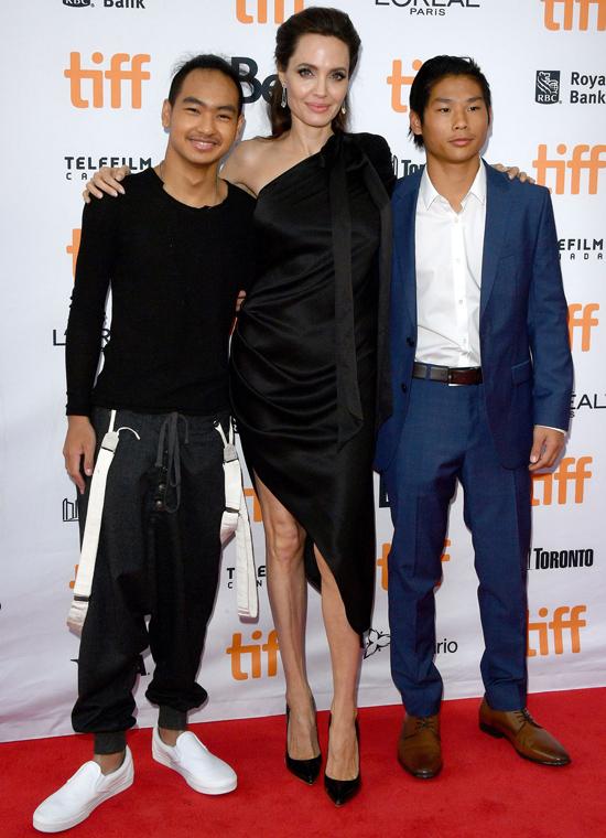 Tháng 9/2017, Pax tỏa sáng trên thảm đỏ liên hoan phim Toronto, Canada cùng mẹ và anh trai Maddox.