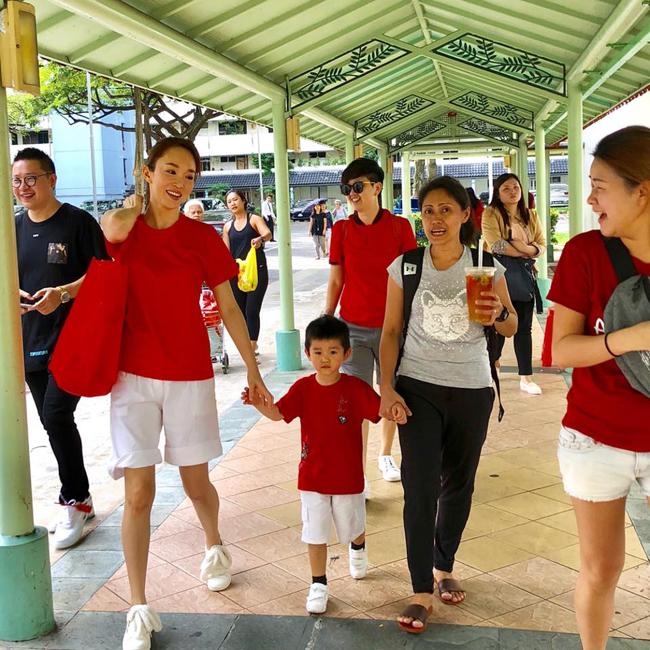 Phạm Văn Phương đưa con trai cùng tham gia một hoạt động thiện nguyện nhân dịp đầu xuân. Cậu bé mặc đồng phục áo đỏ, short trắng và cùng các nhân viên trong đoàn tình nguyện phát quà cho các hoàn cảnh già neo đơn, khó khăn. Gần 4 tuổi, Zed đẹp trai, kháu khỉnh, gương mặt rất giống bố.