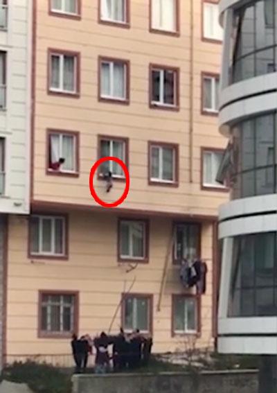 Em bé bám ở thành cửa sổ cả 10 phút nhưng người nhà không hay biết.