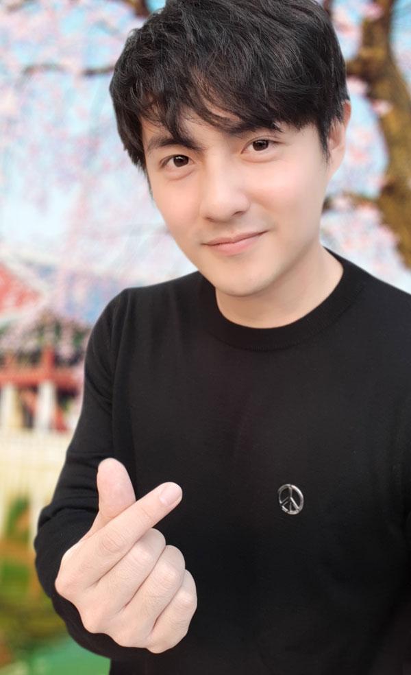 Ông Cao Thắng cũng là một trong những mỹ nam yêu thích selfie. Ngoài những bức ảnh chụp cùng bạn gái ĐÔng Nhi, nam ca sĩ cũng thường xuyên đăng tải ảnh chụp một mình.