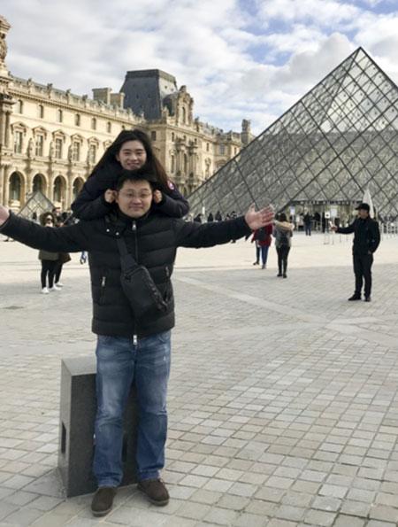Chen cùng vợ chụp ảnh ở Pháp trong chuyến trăng mật tớicác nước châu Âu.