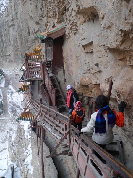 Đầu năm, hành hương tới ngôi chùa dính chặt vào vách núi ở Trung Quốc