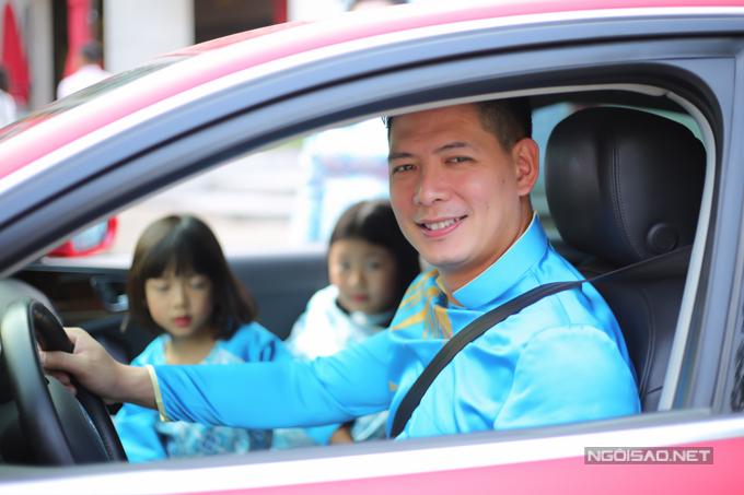 Bình Minh rạng rỡ đưa vợ và hai con đi chơi.