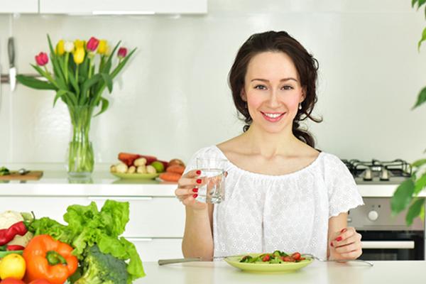 Uống một ly nước lọc trước mỗi bữa ănUống nước lọc trước bữa ăn sẽ giúp bạn ăn nhanh no hơn, hạn chế ăn quá nhiều so với nhu cầu thực của cơ thể.