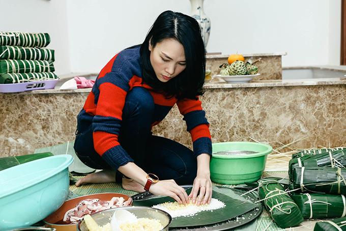 Mỹ Tâm đã quen với công việc này nên cô tự tay làm mọi thứ, từ khâu rửa lá đến gói bánh.