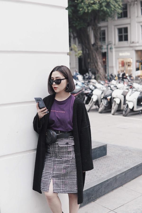 Heo Mi Nhon cũng là một tín đồ công nghệ. Cô nàng yêu thích thiết kế tinh xảo của Galaxy Note 8 với cấu tạo kính và kim loạisang trọng, bắt mắt. Phiên bản tím khói phủ ánh bạc giúp chiếc điện thoại thay đổi các sắc độ màu và phản quang khi đặt ở những vị trí ánh sáng khác nhau.