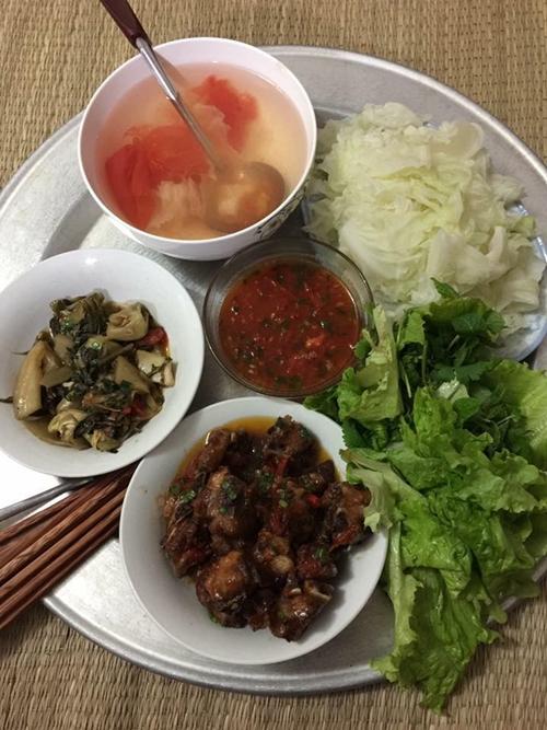 Chồng chị Phương Thúy ở Hà Nội đích thân vào bếp nấu mâm cơm tươm tất chiêu đãi vợ ngày Valentine.
