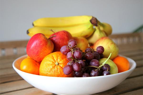 Ăn hoa quả bất cứ lúc nào có thể Thay vì ăn bánh kẹo hay các loại mứt, hãy ăn các loại hoa quả để bổ sung vitamin và chất xơ, giúp tiêu hoá dễ dàng hơn.