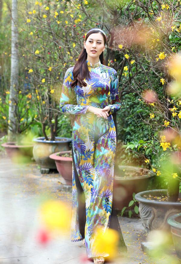 Hot girl Hà Lade mới đoạt giải Á hoàng Trang sức Việt Nam 2017. Cô khoe vóc dáng mảnh mai với trang phục truyền thống mang họa tiết những chiếc lá.