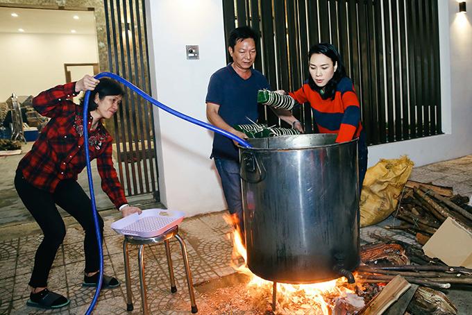 Gói xong, nữ ca sĩ cùng các anh chị nhóm lửa để nấu bánh.