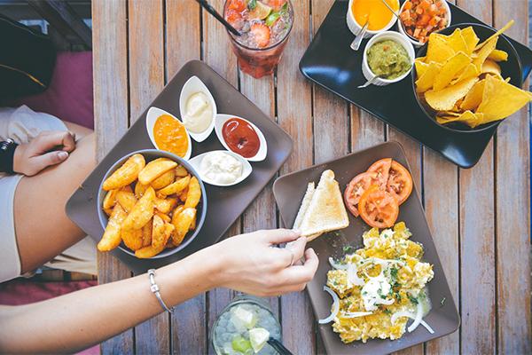 Hạn chế ăn đồ nhiều dầu mỡNên hạn chế ăn các món chiên rán bằng dầu mỡ. Giảm ăn thịt mà ăn nhiều tôm, cá và ăn nhiều rau.