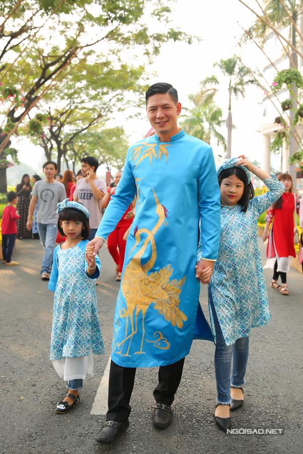 Bình Minh đưa vợ con đi dạo đường hoa, chụp ảnh Tết - 5