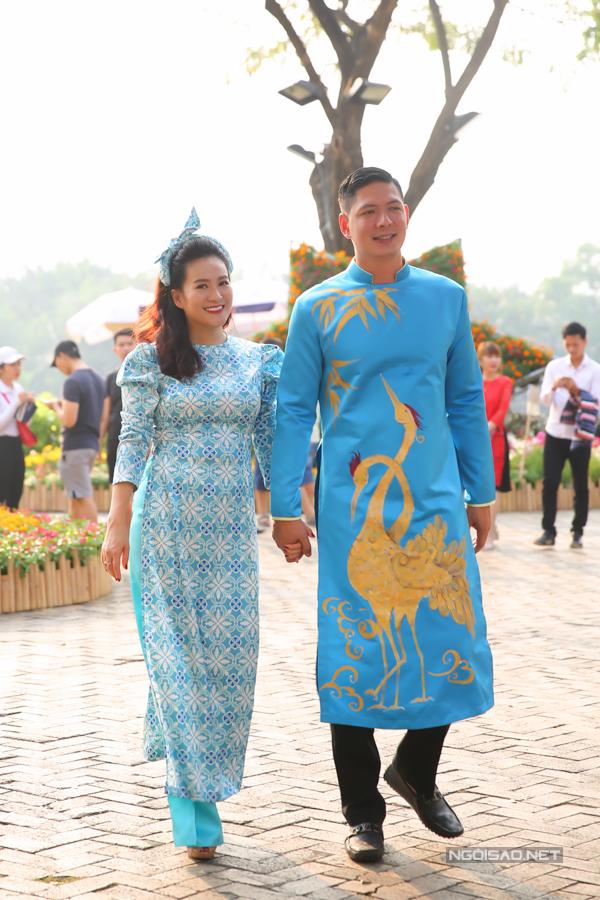 Nam diễn viên hạnh phúc nắm tay bà xã Anh Thơ.