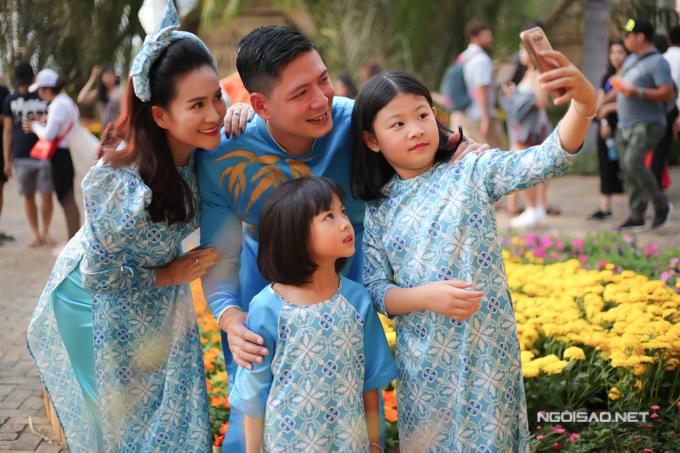 Cả gia đình chụp ảnh selfie ghi lại không khí tưng bừng trên đường hoa.