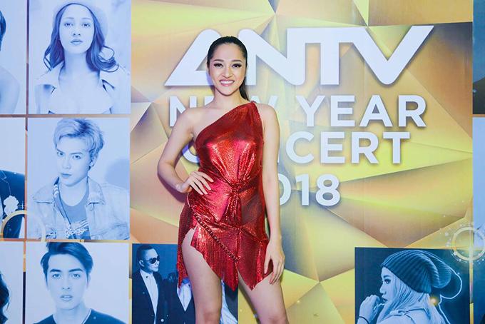 Bảo Anh khoe hình thể sexy tại buổi ghi hình đêm gala chào xuân với chủ để Khát vọng Việt Nam của một kênh truyền hình. Sau mối tình với Hồ Quang Hiếu, nữ ca sĩ tập trung vào sự nghiệp ca hát khi liên tục bận rộn với những show diễn ở trong và ngoài nước.
