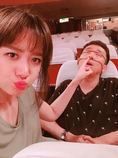 Hariwon tranh thủ dìm hàng ông xã khi ngủ quên trên ghế.