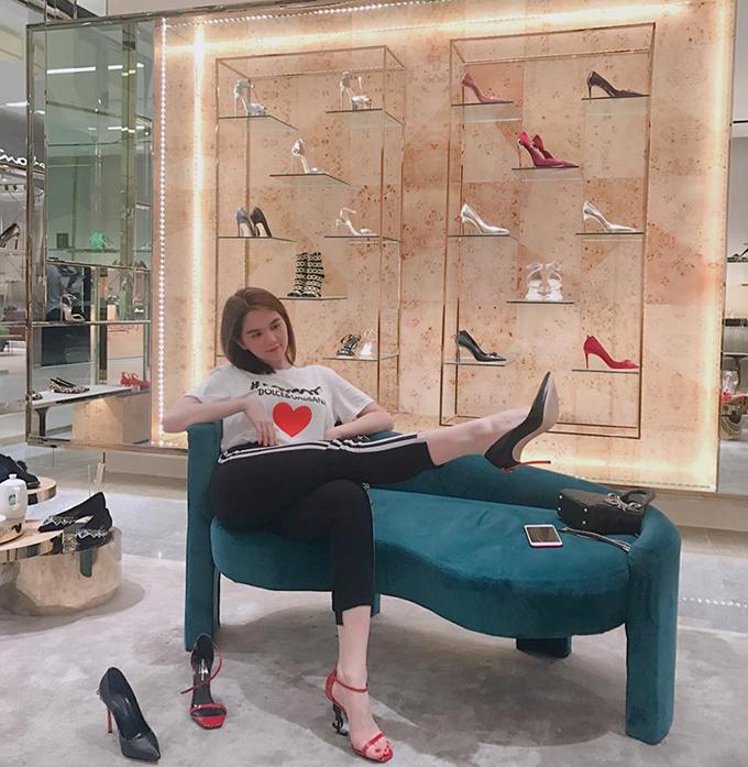 Ngọc Trinh cùng bạn thân đi sắm giày để diện Tết.