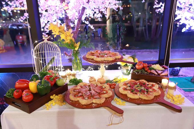 Nhờ sự sáng tạo của các đầu bếp, chiếc Pizza trở thành cầu nối văn hóa để ngồi chung mâm cùng Tết cổ truyền Việt Nam. Ngoài sự tỉ mỉ kỳ công trong tạo hình bông hoa cho vỏ bánh nhằm thỏa mãn thị giác, pizza Hoa Xuân còn đánh thức mọi giác quan của thực khách bởi sự hòa quyện tuyệt vời của vị beo béo của cá hồi, dẻo thơm của phô mai 2 màu được gói trong viền bánh giòn rụm nóng hổi. Pizza Hut còn chiều các tín đồ của bánh pizza hết mức khi thực khách vẫn có thể chọn viền phô mai 2 màu với sốt trứng cá mới với các nhân phủ truyền thống.