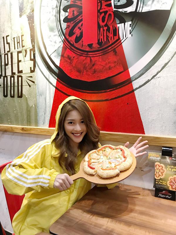 Khả Ngân bên món bánh pizza nhân cá hồi mà cô nàngbị chinh phục ngay từ lần đầu tiên thưởng thức.
