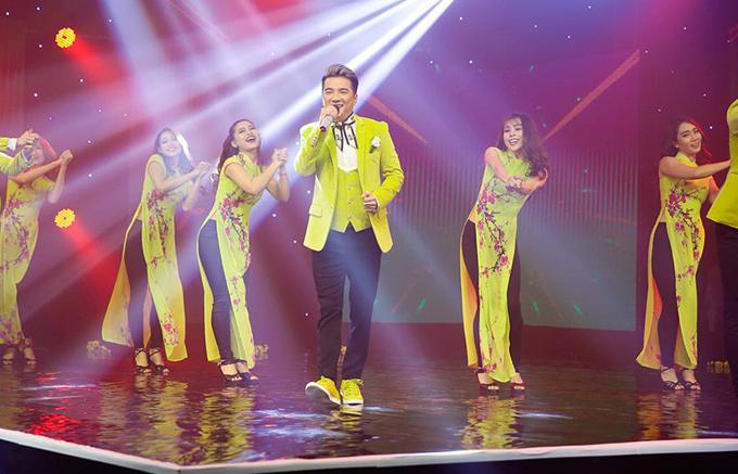 Mr Đàm nổi bật với cây trang phục có tone màu vàng chanh. Anh cùng vũ đoàn thể hiện bài hát Tâm sự nàng xuân, thay cholời chúc mừng năm mới gửi đến khán giả.
