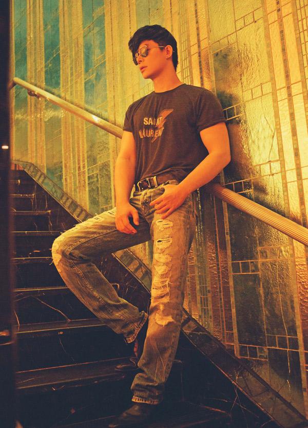 Lên sân khấu chàng ca sĩ thường mặc vest chỉn chu, lịch lãm còn đời thường anh thích mặc áo thun, quần jean rách.