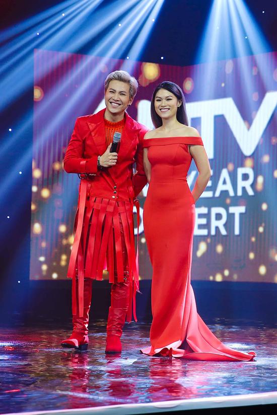 Diễn viên Ngọc Thanh Tâm khoe vai trần nuột nà trong váy dạ hội đỏ rực. Cô đảm nhận vai trò MC cho chương trình.