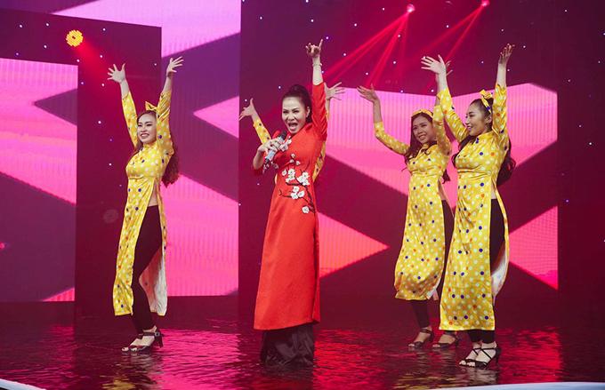 Thu Minh chọn ca khúc Vì thế là hết của nhạc sĩ Châu Đăng Khoa để thể hiện. Gái một con cũng chọn trang phục truyền thống trong không khí mùa xuân.